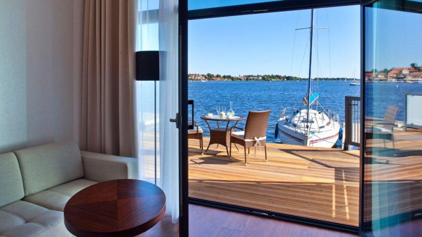 Hotel Mikołajki to jedyne miejsce w Polsce, gdzie z wynajętego apartamentu możemy wsiąść na przycumowaną łódkę.