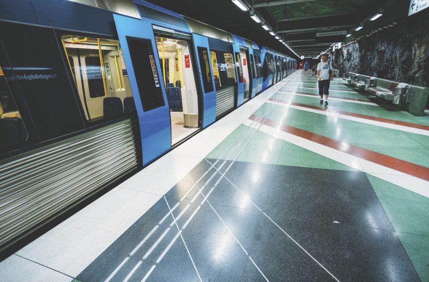 Dzięki fenomenalnemu systemowi metra poruszanie się po stolicy Szwecji to prawdziwa przyjemność. Sieć sztokholmskich kolei podziemnych, która działa od 1950 roku, liczy sobie 100 kilometrów.