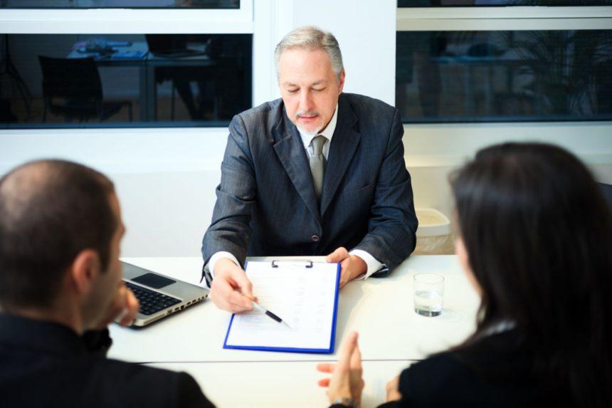 Pożyczki ratalne to dzisiaj ceniony i popularny produkt finansowy. Zanim jednak zdecydujemy się na podpisanie umowy, powinniśmy dokładnie zapoznać się z warunkami oferty.