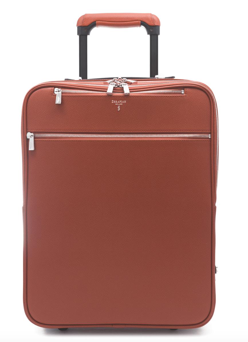 b344561ff99c6 Ta elegancka, wyprodukowana w Mediolanie walizka została wykonana ze skóry  cielęcej i posiada wyściółkę z mikrofibry przypominającej zamsz, zamki z  palladu ...