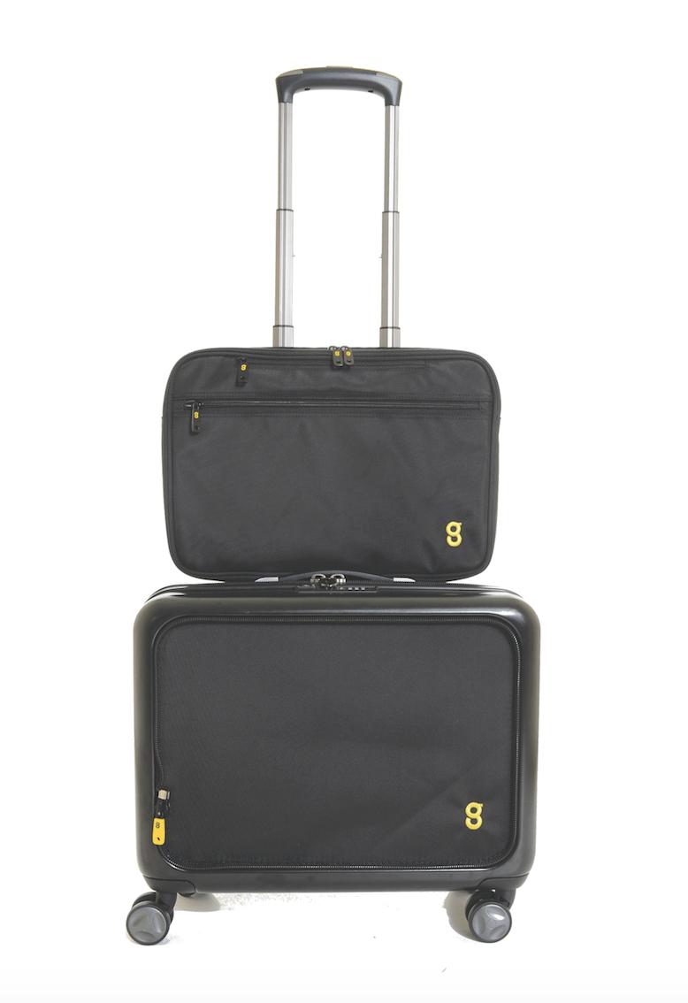 03218a0e137c Ta walizka o konstrukcji skorupowej posiada dodatkową 15-calową torbę na  laptopa i przeźroczystą saszetkę na przybory toaletowe.