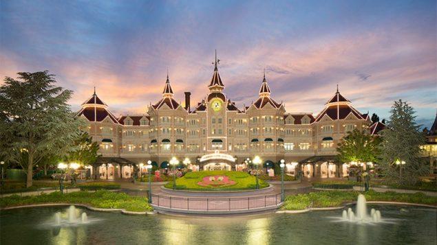 Disneyland Hotel znajduje się tuż przy wejściu do parku Fot.Disneyland Paris