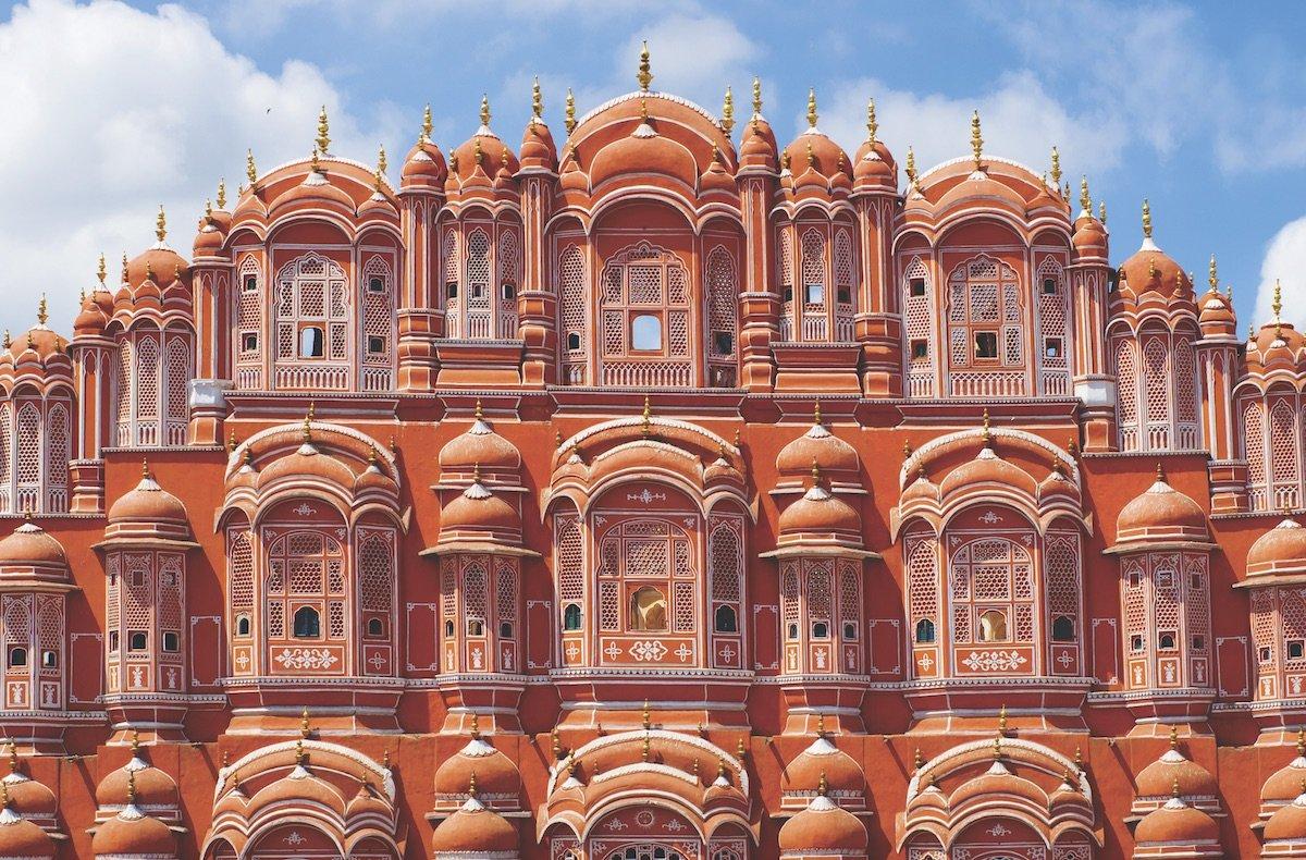 Zdarzało się, że władcy o szerokich horyzontach inwestowali nie tylko we własne siedziby, ale w całe miasta. Jednym z nich był Sawai Dźaj Singh II, twórca Jaipuru – słynnego z różowego koloru budynków.